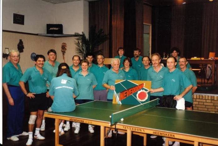 Leden van tafeltennisverenging Never Down showen hun nieuwe clubshirts in Zaal '73 in Teteringen.