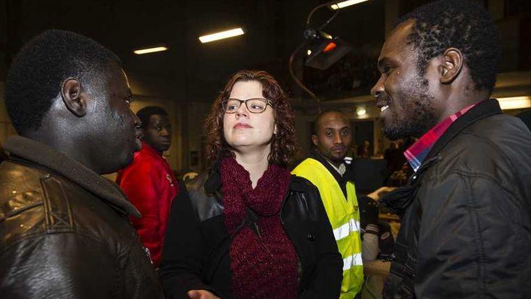 Linda Voortman (GroenLinks) praat met asielzoekers in de Vluchtkerk in Amsterdam. Samen met andere Kamerleden bracht zij in maart de nacht door in de kerk uit solidariteit met de daar verblijvende uitgeprocedeerde vluchtelingen. Beeld anp