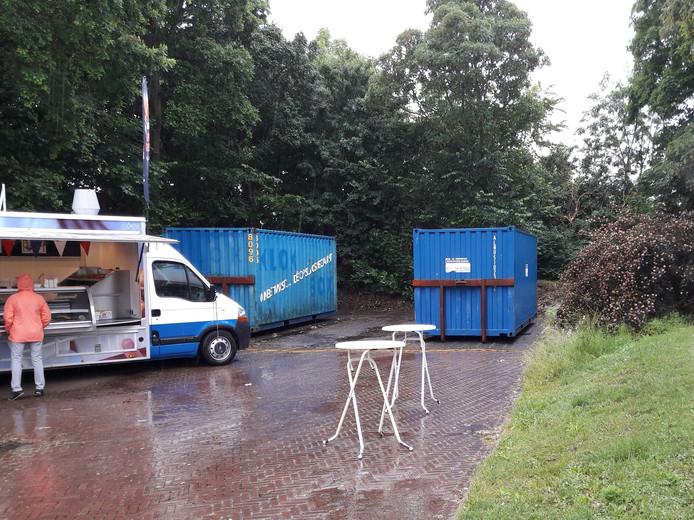 De twee papiercontainers op het parkeerterrein aan de Leliëndaleweg in Burgh.