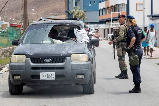 Nederlandse militairen aan het werk op Sint-Maarten