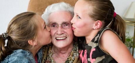 Zoë (8) kan het niet langer aanzien en adopteert een oma (90)