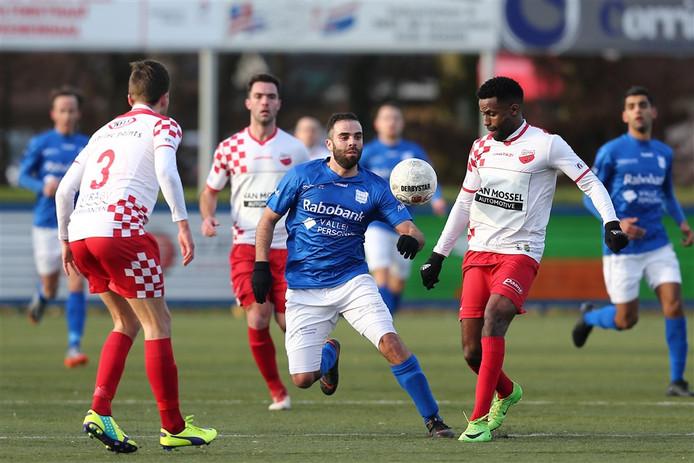 GVVV-speler Soufiane Laghmouchi (M) in actie met Kozakken-speler Sanny Monteiro tijdens de wedstrijd GVVV - Kozakken Boys.