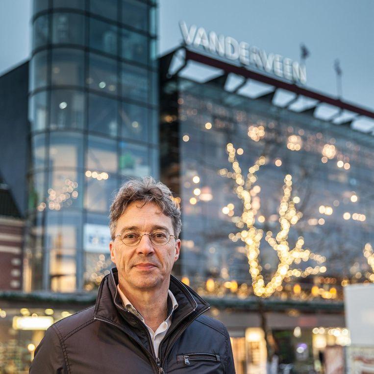 Nico Vanderveen voor zijn warenhuis in Assen. Beeld Harry Cock/de Volkskrant