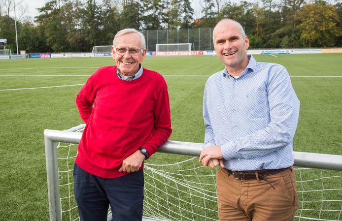 Voetballers Pim van der Vegt (l) en Jos Vercauteren (r) op het hoofdveld van HBS