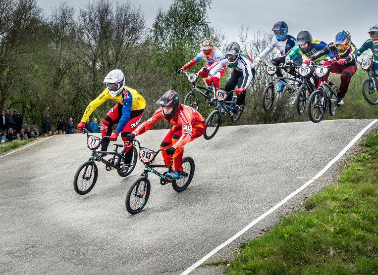 Niek Kimmann (in oranje rechts voor) tijdens de BMX kwalificatie. Beeld Koen Verheijden