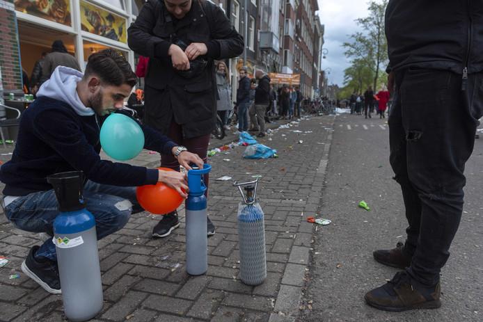 Amsterdam na de viering van Koningsdag 2019. In de hoofdstad werden veel ballonnen met lachgas verkocht.