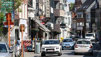 Stad bereidt zich voor op heropening van winkels: voetgangers op de rijbaan, kleurrijke vloerstickers en extra koopzondagen