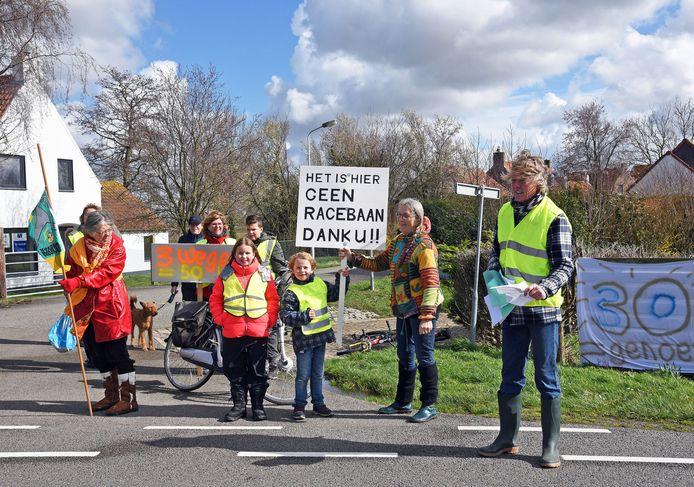 Maart 2019. Inwoners van Driewegen protesteren tegen het hardrijdende verkeer. Het dorp wacht nog altijd op maatregelen.