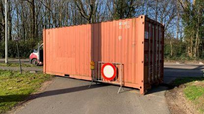 Stad Hoogstraten laat kleine sluipwegen tussen België en Nederland afsluiten met containers
