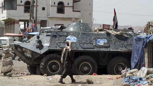 Een tank van het leger bij een checkpoint in de Jemenitische hoofdstad Sana'a. Na de militaire actie tegen militanten zijn de veiligheidsmaatregels verscherpt.