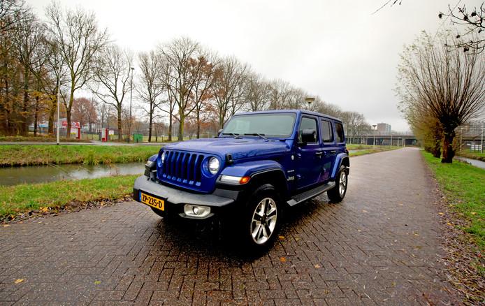 Hoekig, ruim en goed in het terrein: de Jeep Wrangler verloochent z'n afkomst niet.