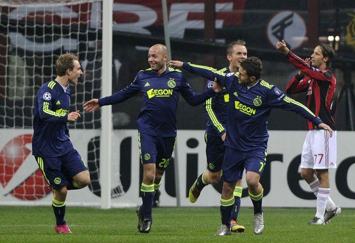 Feest bij Ajax nadat Demy de Zeeuw (m) heeft gescoord tegen AC Milan.