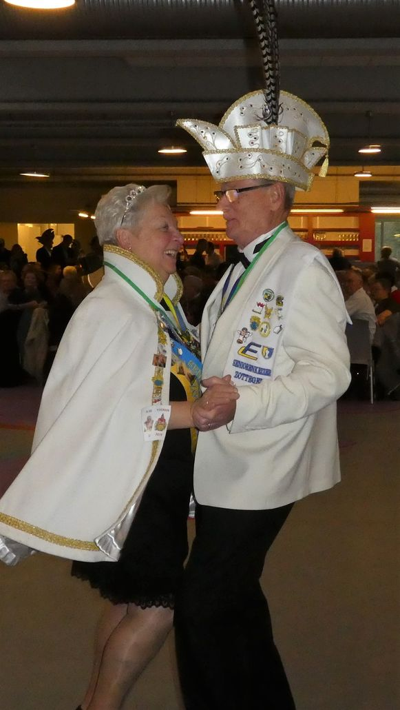 Seniorenkeizer Vic en Seniorenkeizerin Claudine namen de senioren op sleeptouw.