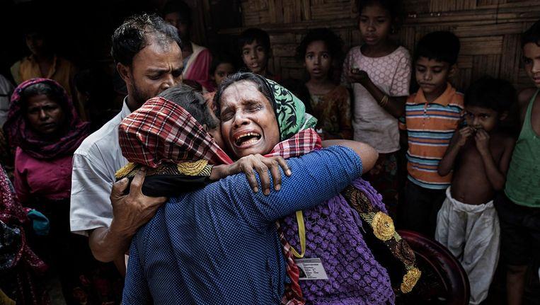 Bij toeval wordt Roseda in het kamp Leda herenigd met haar zus Anowara. Beeld Daniel Rosenthal / de Volkskrant