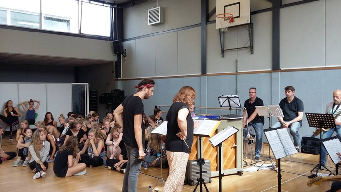 William Spaaij repeteert met de leerlingen van Song en Dance Academie/Landstede MBO voor het Thorbeckegrachtconcert. Rechts zijn moeder Ria Spaaij-Lelieveld. Foto Janske Mollen