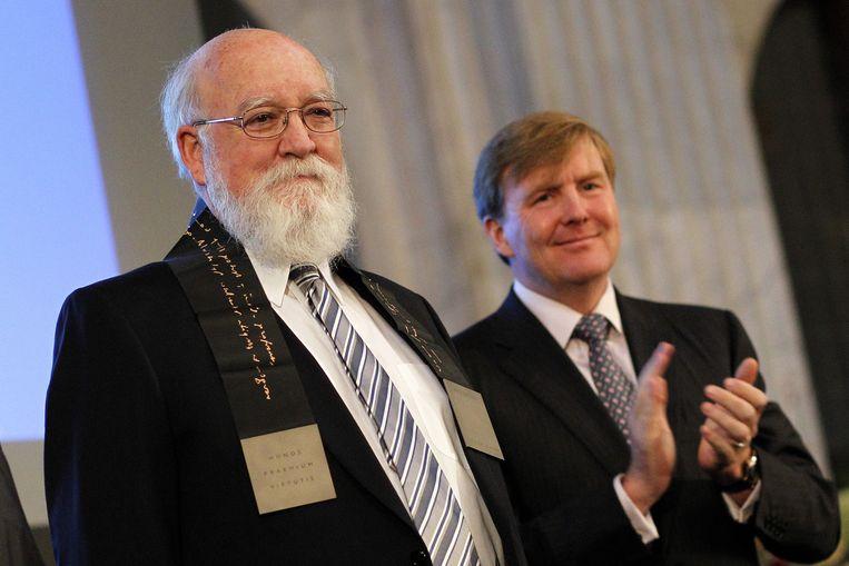 Filosoof Daniel Dennett met koning Willem-Alexander bij ontvangst van de Erasmusprijs 2012 Beeld epa
