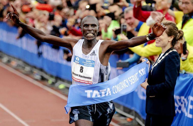 Vincent Kipchumba  gaat als winnaar over de finish. Beeld ANP
