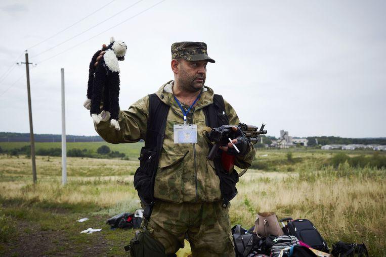 Een beeld uit de serie waarmee Crom de Zilveren Camera won. Een van de rebellen met een knuffelaapje. Beeld ANP/Pierre Crom