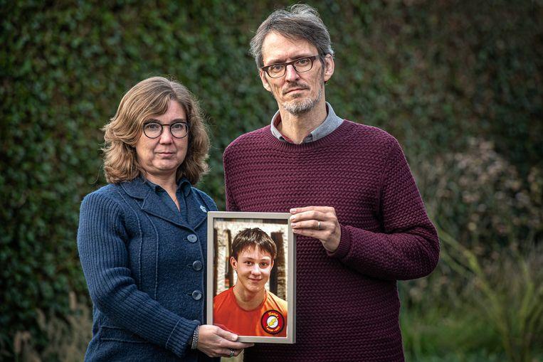 Vincent Vandommele en Ingrid Verhaeghen met een foto van hun overleden zoon Sebastiaan.