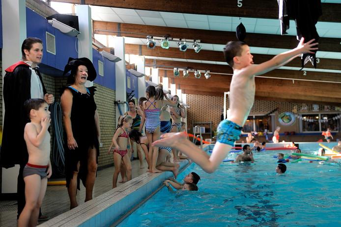 Archieffoto van zwembad De Vijfsprong in Rucphen tijdens een Halloweenactiviteit. Het zwembad is verouderd. In maart presenteert het college van B en W drie scenario's voor hetzij nieuwbouw hetzij opknap, al dan niet in combinatie met een facelift voor het buitenbad.