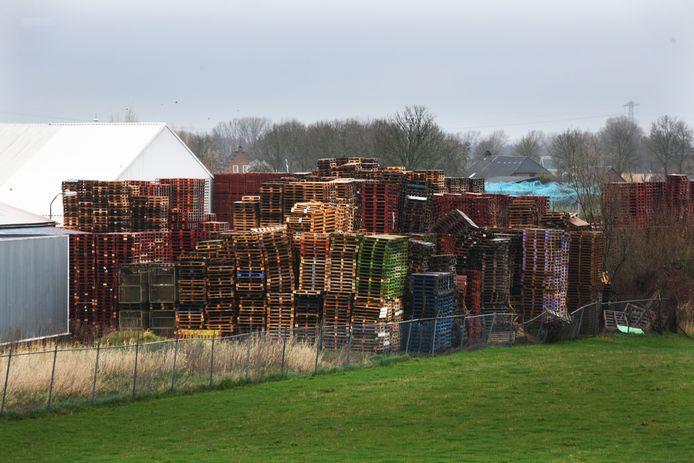 Zo stonden de pallets er een paar weken geleden bij in Dodewaard.