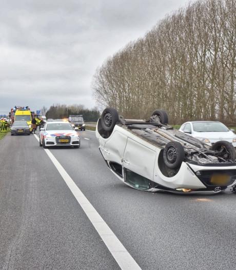 Auto belandt ondersteboven op A59 bij Terheijden, inzittende gewond