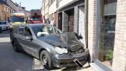 Mercedes rijdt tegen gevel van woning na inhaalmanoeuvre