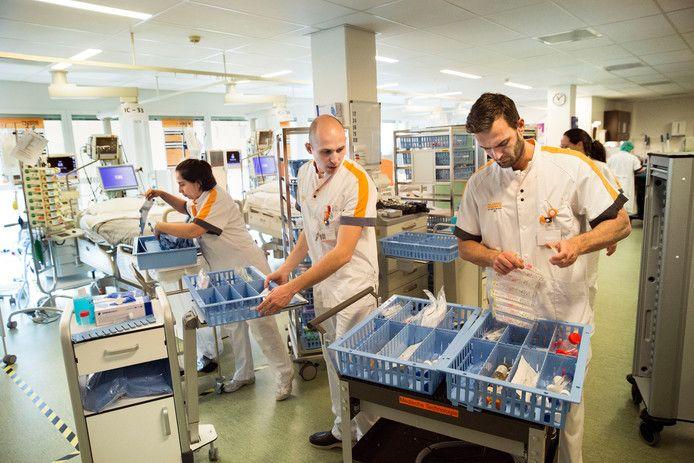 In het Maasstad Ziekenhuis werd eerder in twee dagen tijd een heel nieuwe afdeling van de intensive care uit de grond gestampt. Vanwege extra locaties binnen en buiten de muren van zorginstellingen was extra personeel nodig.