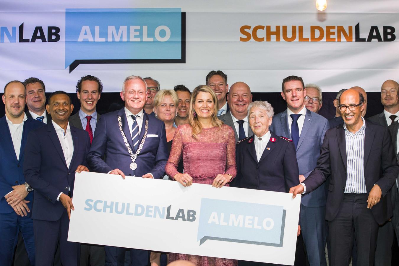 Koningin Maxima is bij de lancering van Schuldenlab Almelo. Dit initiatief zet zich lokaal in om kwetsbare groepen schuldenzorgvrij te maken.