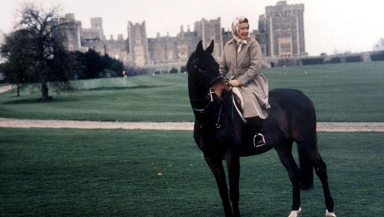 Queen Elizabeth voor haar Schots buitenverblijf Balmoral. Foto uit 1992.
