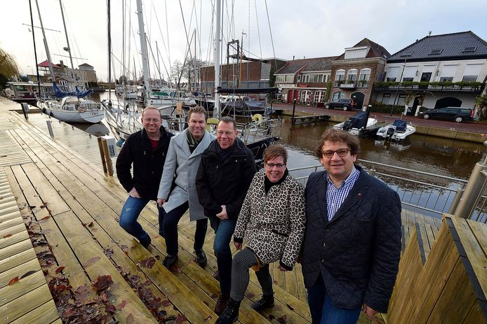 (Een deel van) Het nieuwe bestuur van RPS (Retail Platform Steenbergen). Van links naar rechts: Michiel de Doelder, Maikel Gijzen, Dirk-Jan van Weezel, Laura de Ron en Kees de Bruin