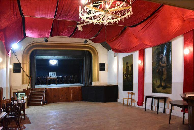 Het interieur en het podium van zaal Sint-Cecilia.