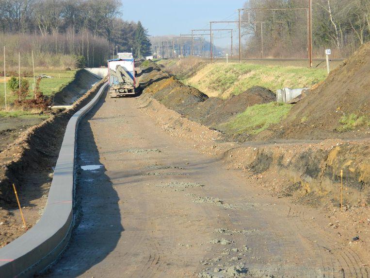 Naast de sporen wordt drie kilometer weg aangelegd om auto's en fietsers naar de nieuwe brug te loodsen.