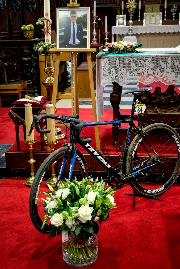 De fiets van Michael Goolaerts op het altaar tijdens de uitvaart. Beeld BELGA