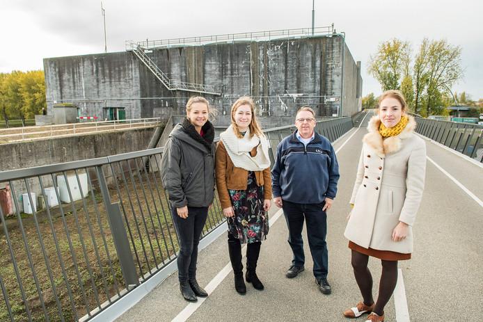 Catharina Wouters, Robin Aarts, Henny van Gerwen en Eva Driessen op de fietsbrug langs de Plofsluis.