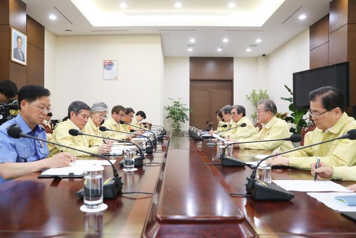 President Moon Jae-in (tweede van rechts) in crisisberaad over de ramp in Boedapest.