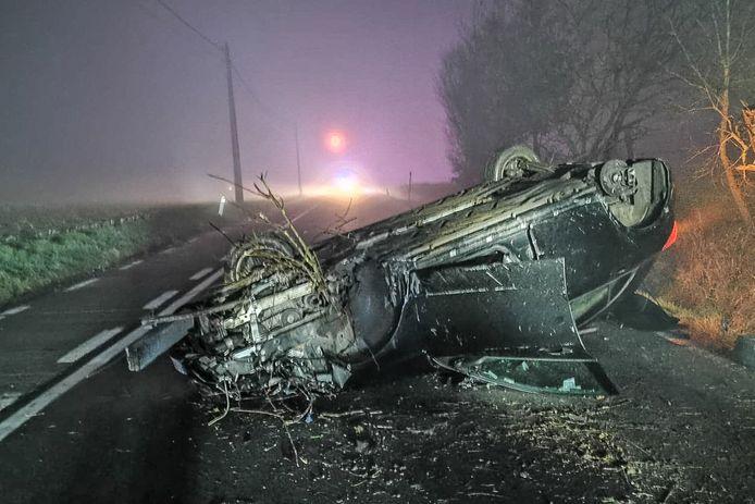 De auto kwam midden op de weg op zijn dak terecht.