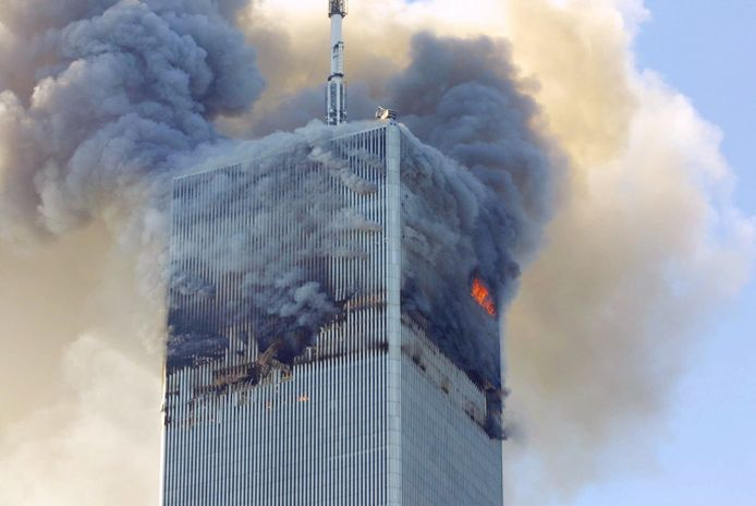 Vuur en rook komen uit de noordelijke toren van het World Trade Center in New York.