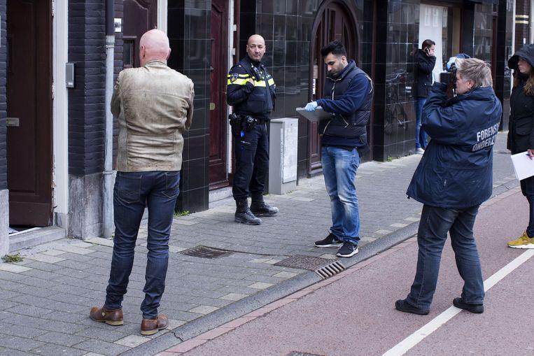 De politie doet onderzoek bij het huis van columniste Ebru Umar waar is ingebroken. Beeld anp