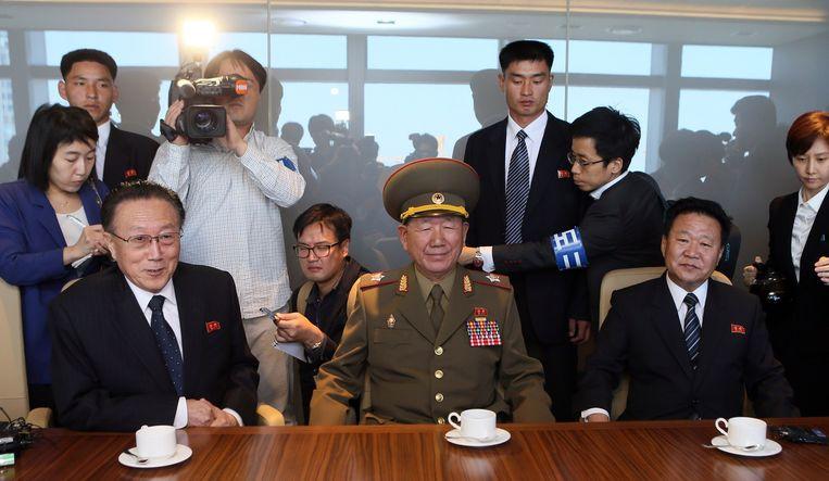 Van links naar rechts: Kim Yang-gon (links), Hwang Pyong-so en Choe Ryong-hae tijdens hun bezoek aan Seoul, op 4 oktober. Beeld afp