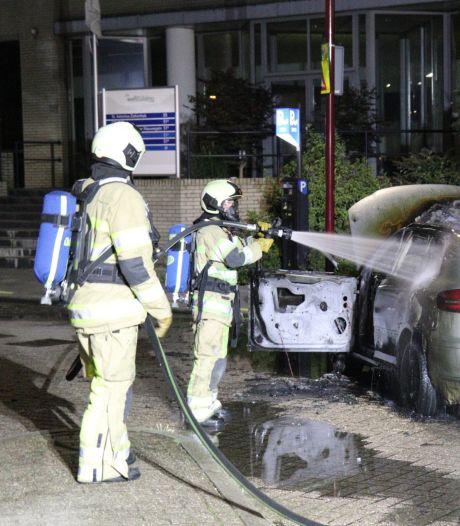 Man ontdekt al rijdend storing in auto, niet veel later is deze helemaal uitgebrand