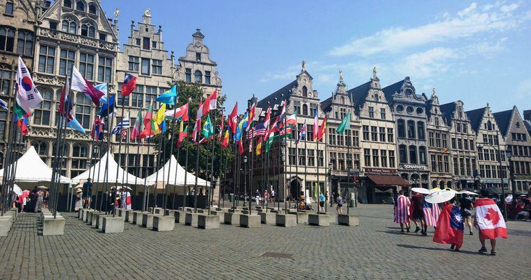 De Tomorrowland-crew deelt parasols uit aan zijn bezoekers op de Grote Markt in Antwerpen.