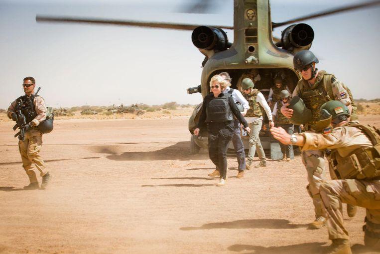 Hennis tijdens een bezoek aan het leger in Mali. Beeld ANP