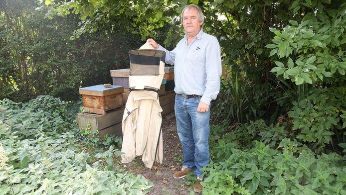 Voorzitter Ad de Koster van de Imkervereniging Oostburg neemt ook na jaren ervaring, nooit een kijkje in zijn bijenkasten in de tuin in Hoofdplaat, zonder eerst zijn imkeruitrusting aan te trekken.