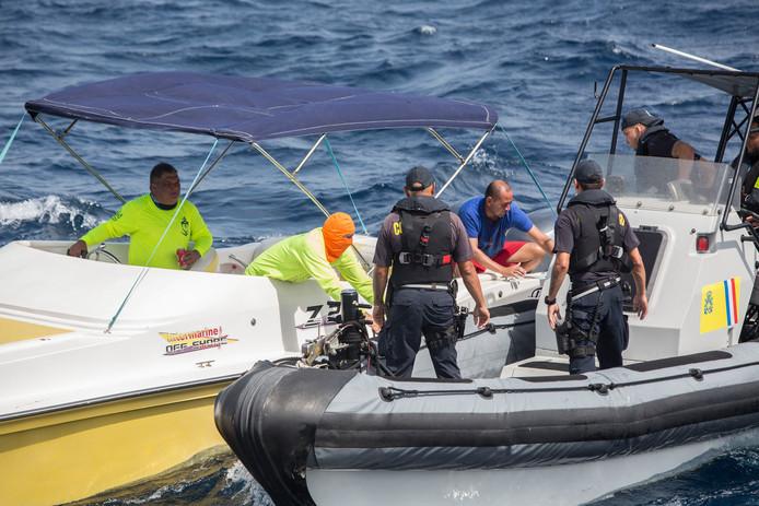De kustwacht van Aruba op patrouille . Zij controleren bootjes in de territoriale wateren rond het eiland op drugssmokkel, benzine smokkel vanaf Venezuela en mensensmokkel.