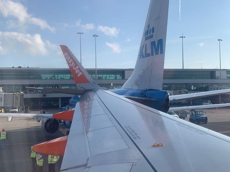 De Boeing van KLM liep door de botsing schade op en kon niet meer opstijgen.