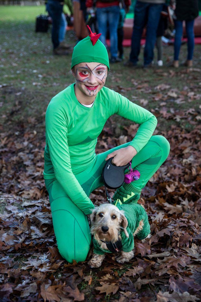 Lobke Vanduren en haar hond Paps beleven Kattenkwaad in een aangepaste outfit, die van een draak.