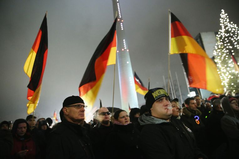 In verschillende Duitse steden waren demonstranten tegen het asielbeleid. In Dresden gingen zo'n 10 duizend betogers de straat op en in Düsseldorf slechts 400. In beide steden waren ook tegendemonstranties. Beeld getty