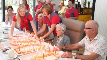 Maria blaast 102 kaarsjes uit in WZC Markizaat