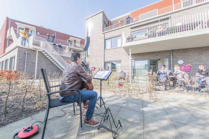 Wim Steenbakker zingt voor bewoner van woonzorgcentrum Beatrixhof in Wemeldinge.